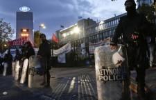 Grèce : l'évacuation musclée des locaux de la télévision publique par la police provoque des remous au Parlement (Alexis Martinez)