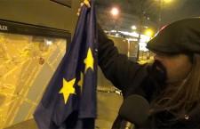 Reportage : Sylvain Baron décroche un drapeau européen près de la Maison de la Radio à Paris