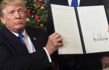 Donald Trump présentant le mémo de sa déclaration sur la reconnaissance par les États-Unis de Jérusalem en tant que capitale d'Israël, mercredi 6 décembre (©AFP / Saul Loeb)