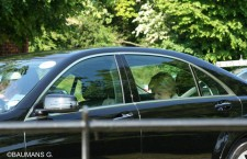 Valérie Pécresse, à l'arrière d'une voiture avec chauffeur, en face du Grove Hotel.